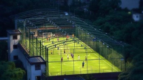 WOW, it's great to play football on the roof of the building!
