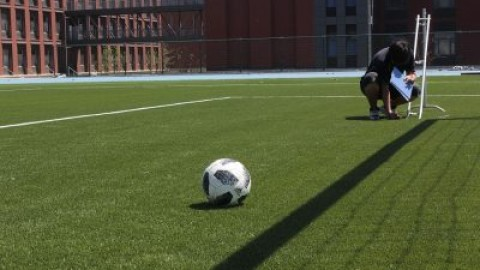 Advantages and disadvantages of laying artificial grass and natural grass for football field